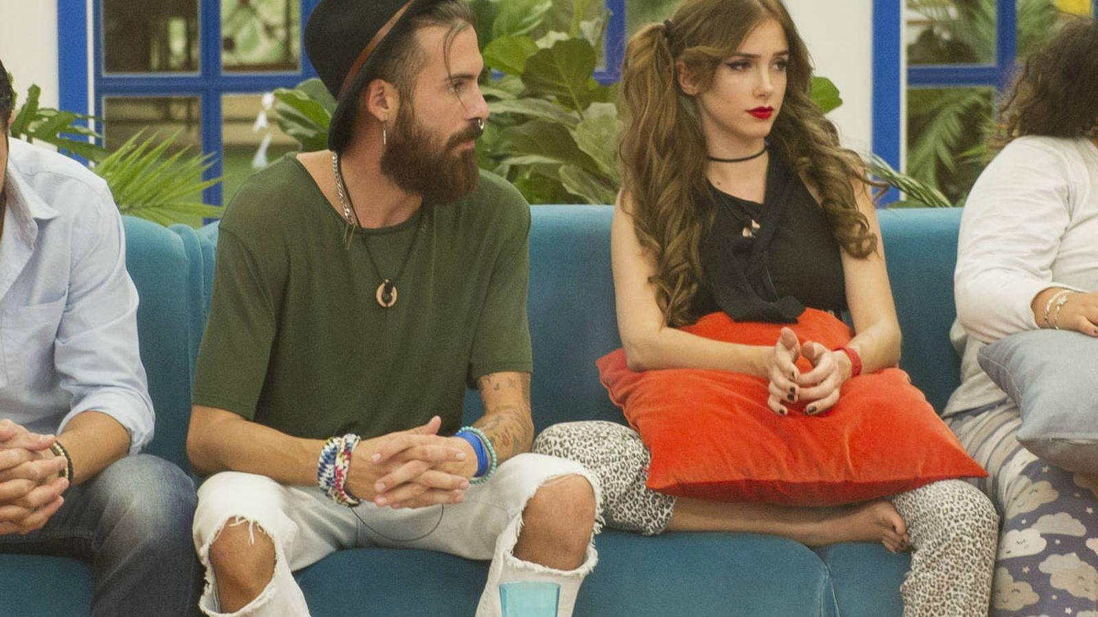 Foto: José María y Carlota en la casa de 'GH Revolution'. (Mediaset España)