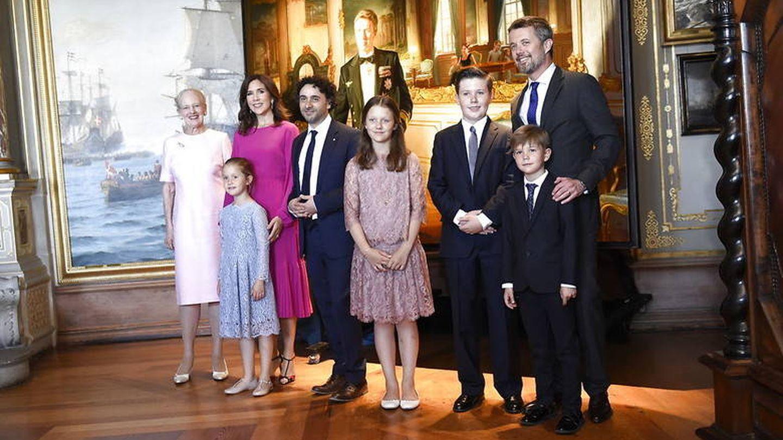 La familia real danesa al completo posando con el nuevo retrato del príncipe Federico. (Casa real danesa)