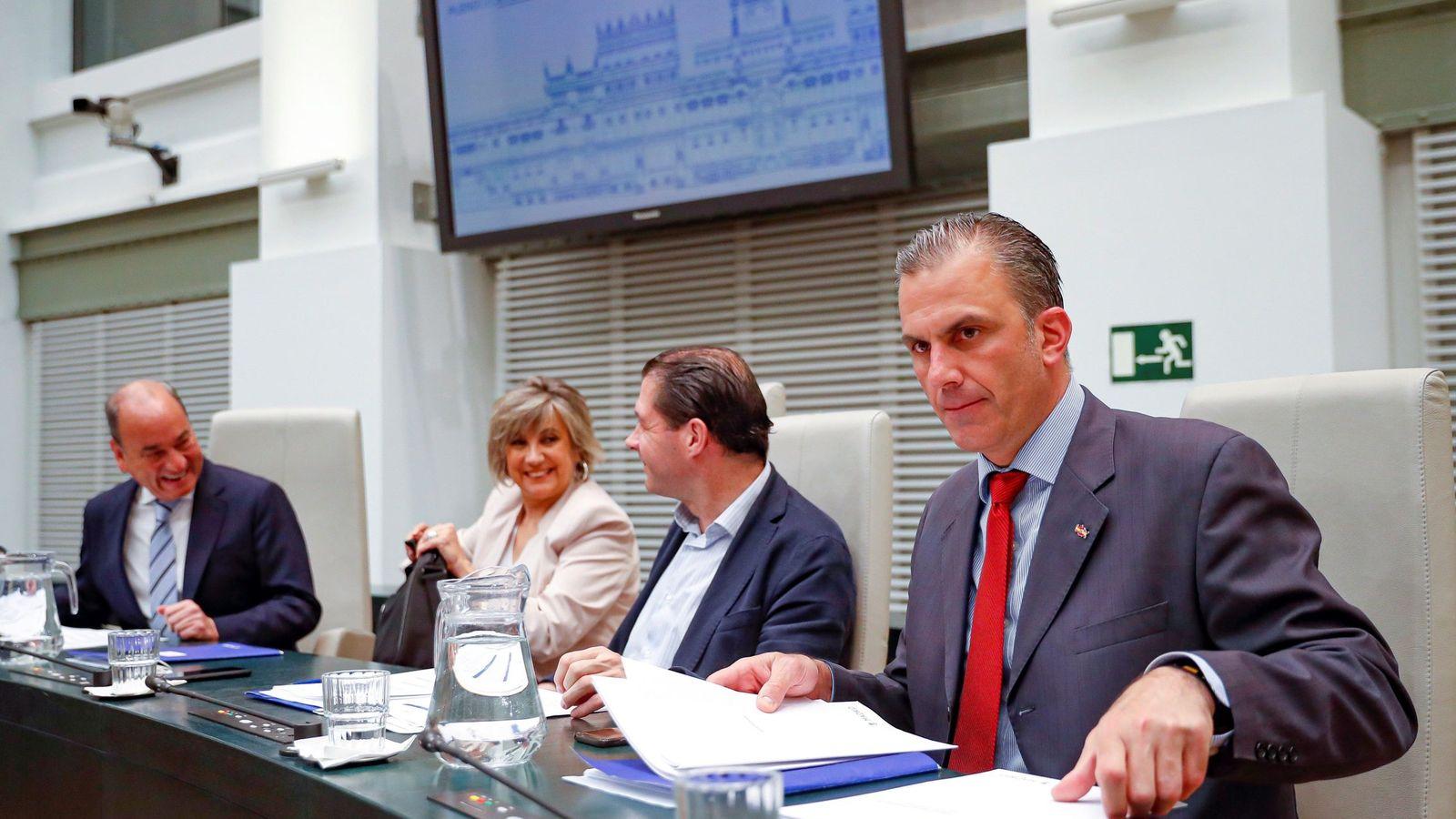 Foto: El secretario general de Vox, Javier Ortega Smith, en una sesión en el ayuntamiento de Madrid. (EFE)