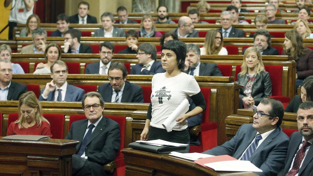 Foto: Anna Gabriel (CUP), en el Parlament, con los diputados de Junts Pel Sí al fondo. (EFE)