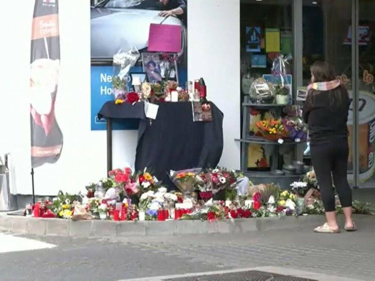Foto: Altar en homenaje al joven empleado tiroteado. Foto: Atlas