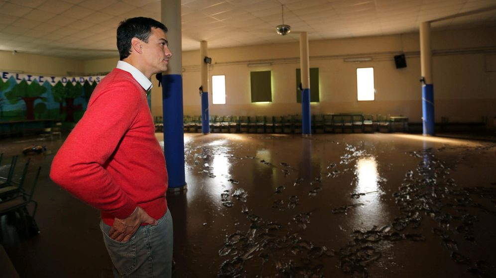 Foto: Pedro Sánchez visita en Las Palmas el colegio Europa, afectado por las lluvias torrenciales en la capital grancanaria, este 26 de octubre. (EFE)