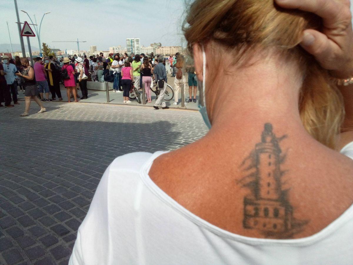 Foto: María Ángeles Rubio, la 'farolera', enseña su tatuaje de La Farola. (P. D. A.)