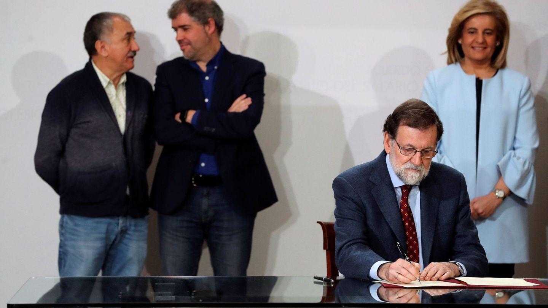 Mariano Rajoy firma el acuerdo para la subida del SMI en presencia de los sindicatos y de Báñez. (EFE)
