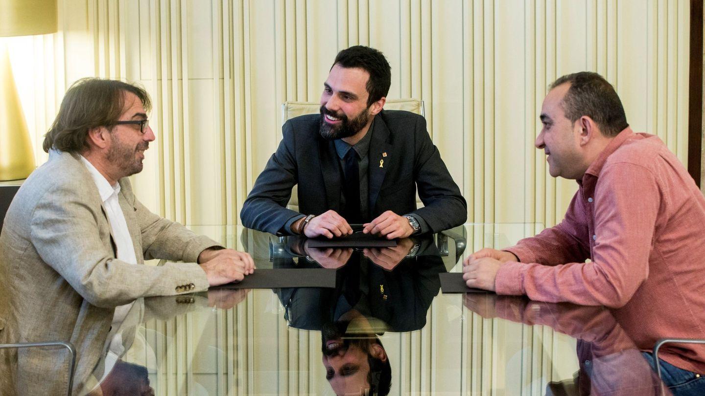 Roger Torrent (c), con los secretarios generales en Cataluña de CCOO, Javier Pacheco (d), y de UGT, Camil Ros (i). (EFE)