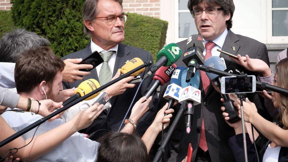 Foto: Los expresidentes catalanes Artur Mas (i) y Carles Puigdemont, tras una reunión en Waterloo (Bélgica). (EFE)