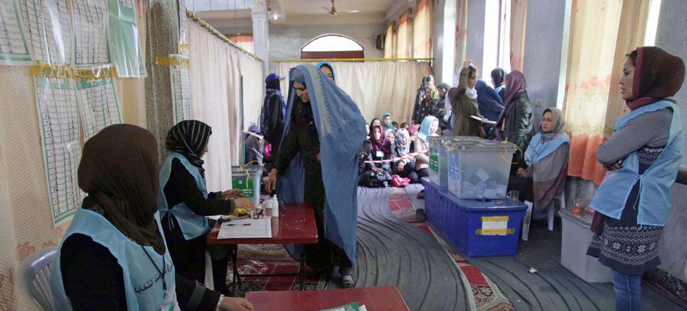Un colegio electoral durante las elecciones presidenciales en Afganistán (Reuters).
