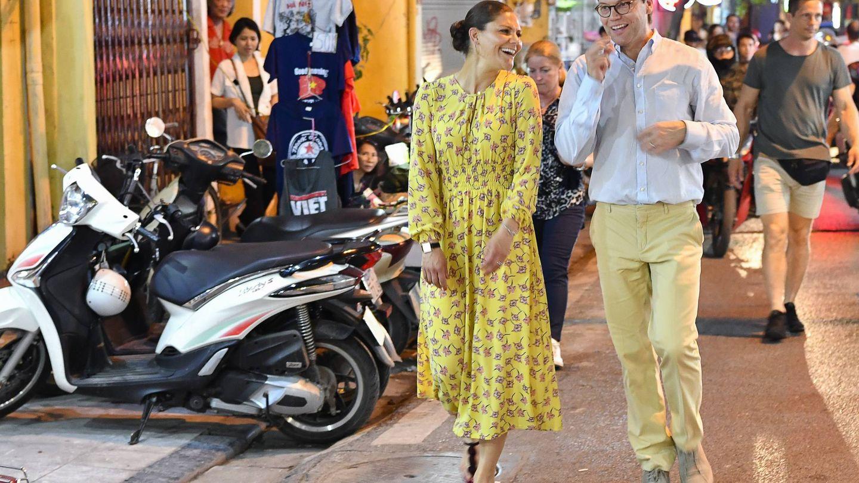 Victoria con un vestido amarillo de flores.  (CP)