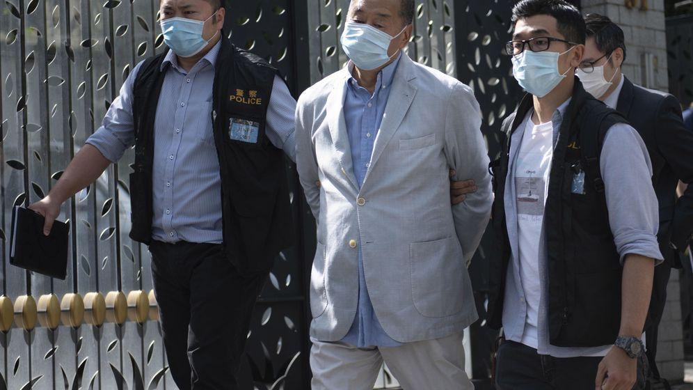 Foto: Jimmy Lay, empresario de medios de comunicación, siendo arrestado por la policía China (Reuters)