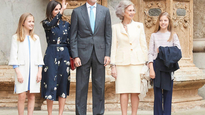 La familia real saluda a su llegada a la catedral de Palma. (Limited Pictures)