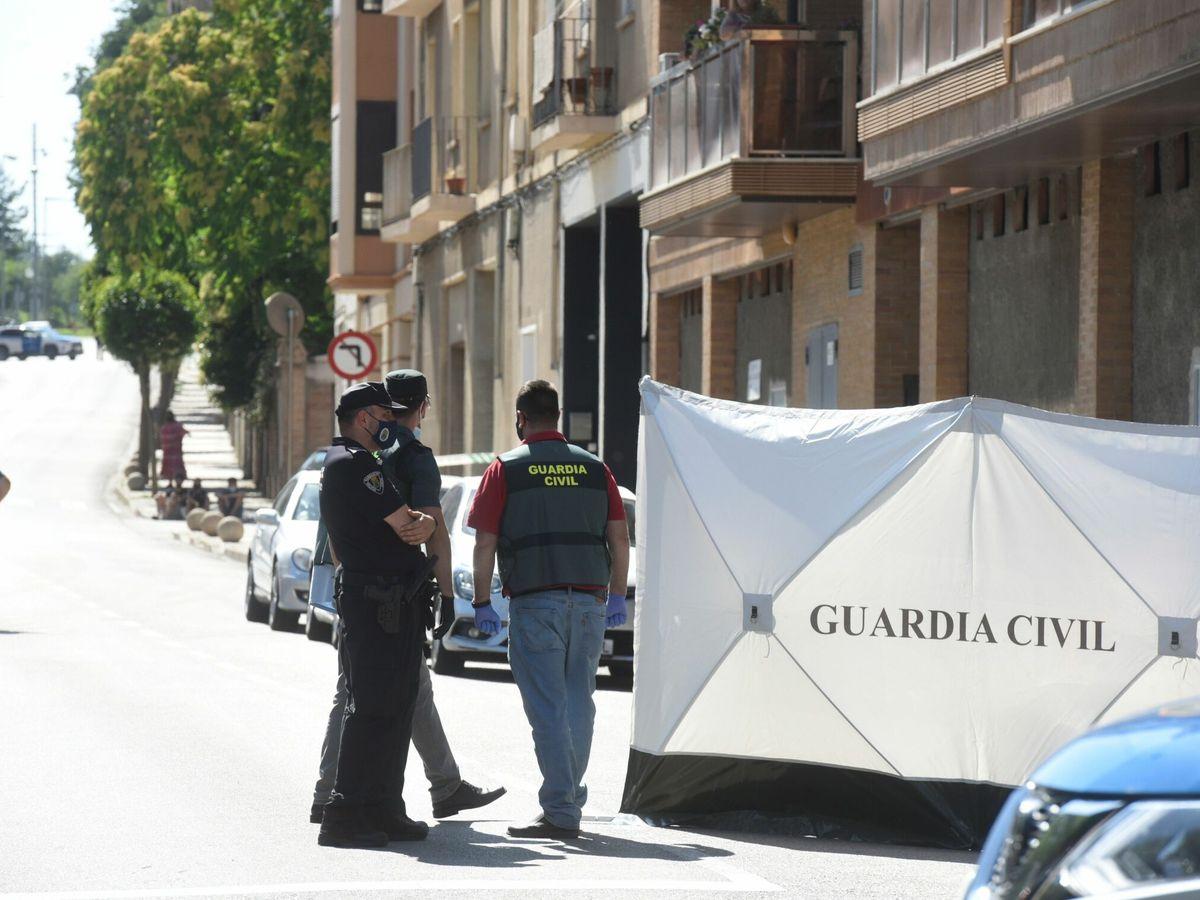 Foto: Agentes de la Guardia Civil junto a la vivienda de Barbastro. (EFE)