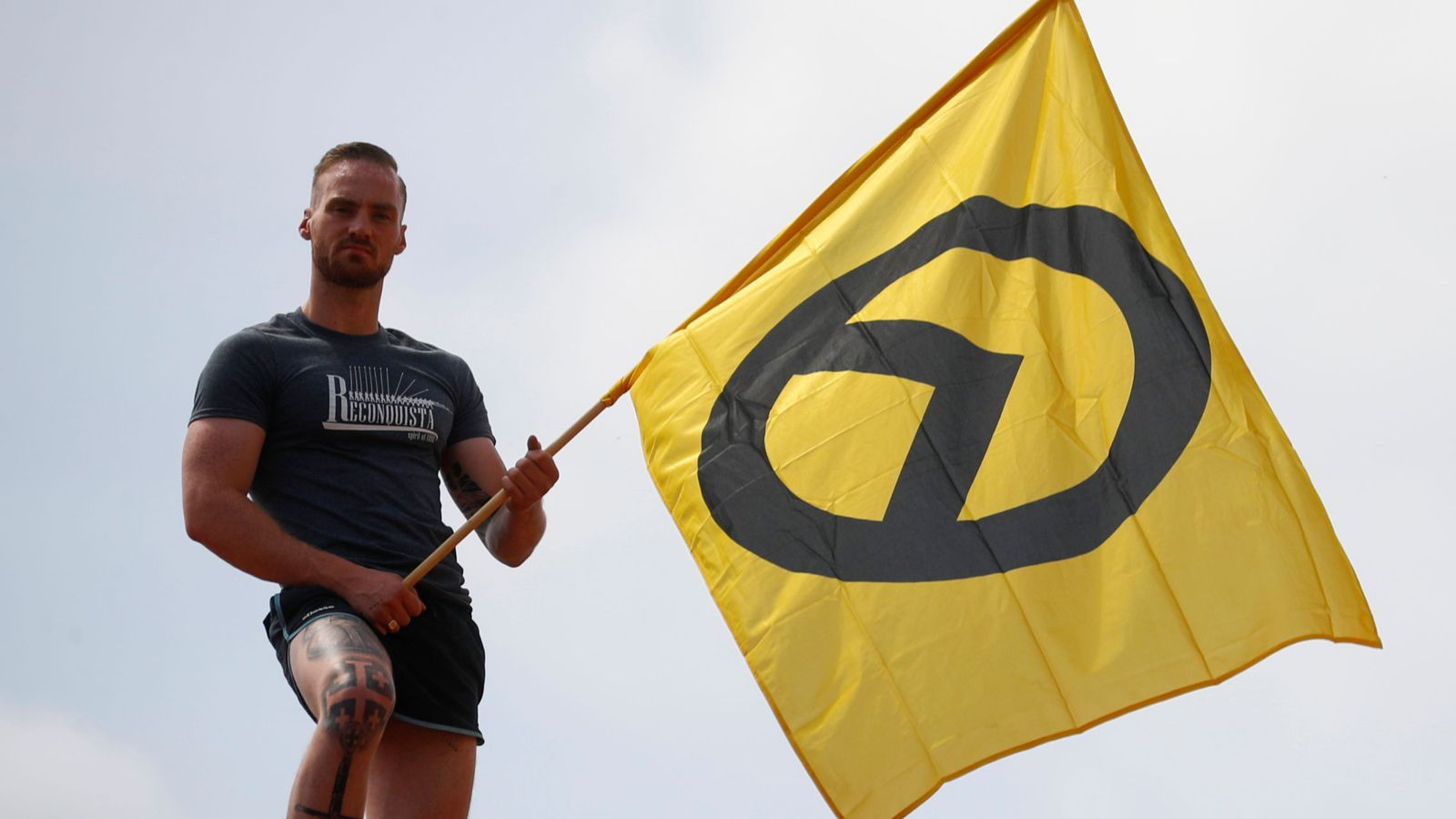 Foto: Supporter of far-right identitarian movement stands on the roof during rhe demonstration in halle