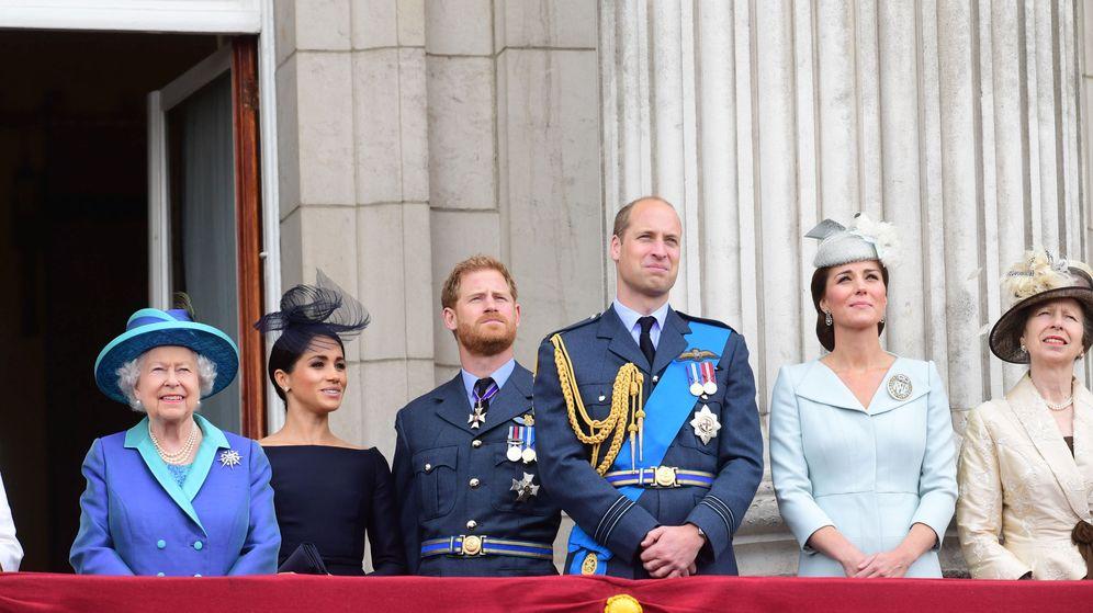 Foto: Los duques de Sussex junto a la reina Isabel. (Reuters)