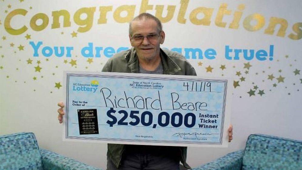 Foto: Richard Beare con la foto en la que posa como ganador del premio de 250.000 dólares (Foto: North Carolina Education Lottery)