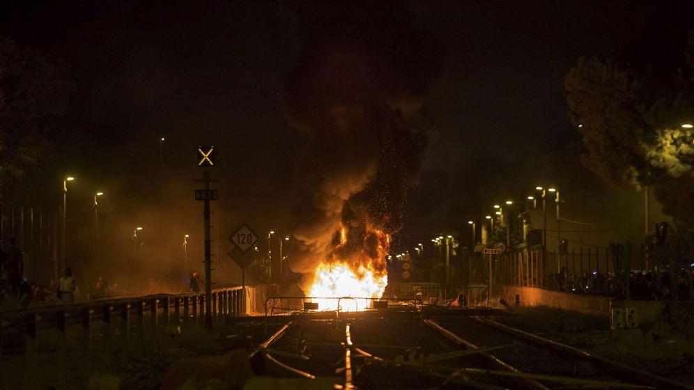 Foto: Contenedores, maquinaria y neumáticos ardiendo en una protesta a favor del soterramiento en Murcia, en septiembre de 2017. (EFE)