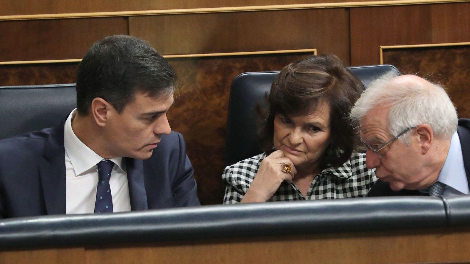 Foto: Pedro Sánchez, con su vicepresidenta, Carmen Calvo, y el ministro de Exteriores, Josep Borrell, este 24 de octubre. (EFE)