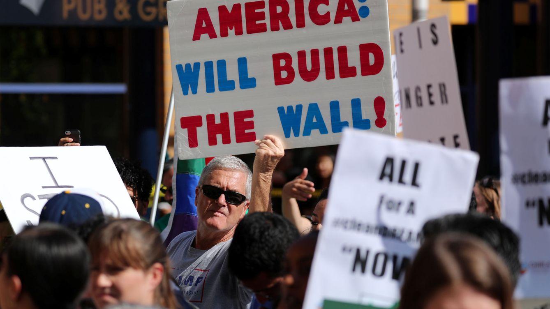 Foto: Manifestantes pro-Trump intentan interrumpir un mitin de un senador demócrata en California, en octubre de 2017. (Reuters)