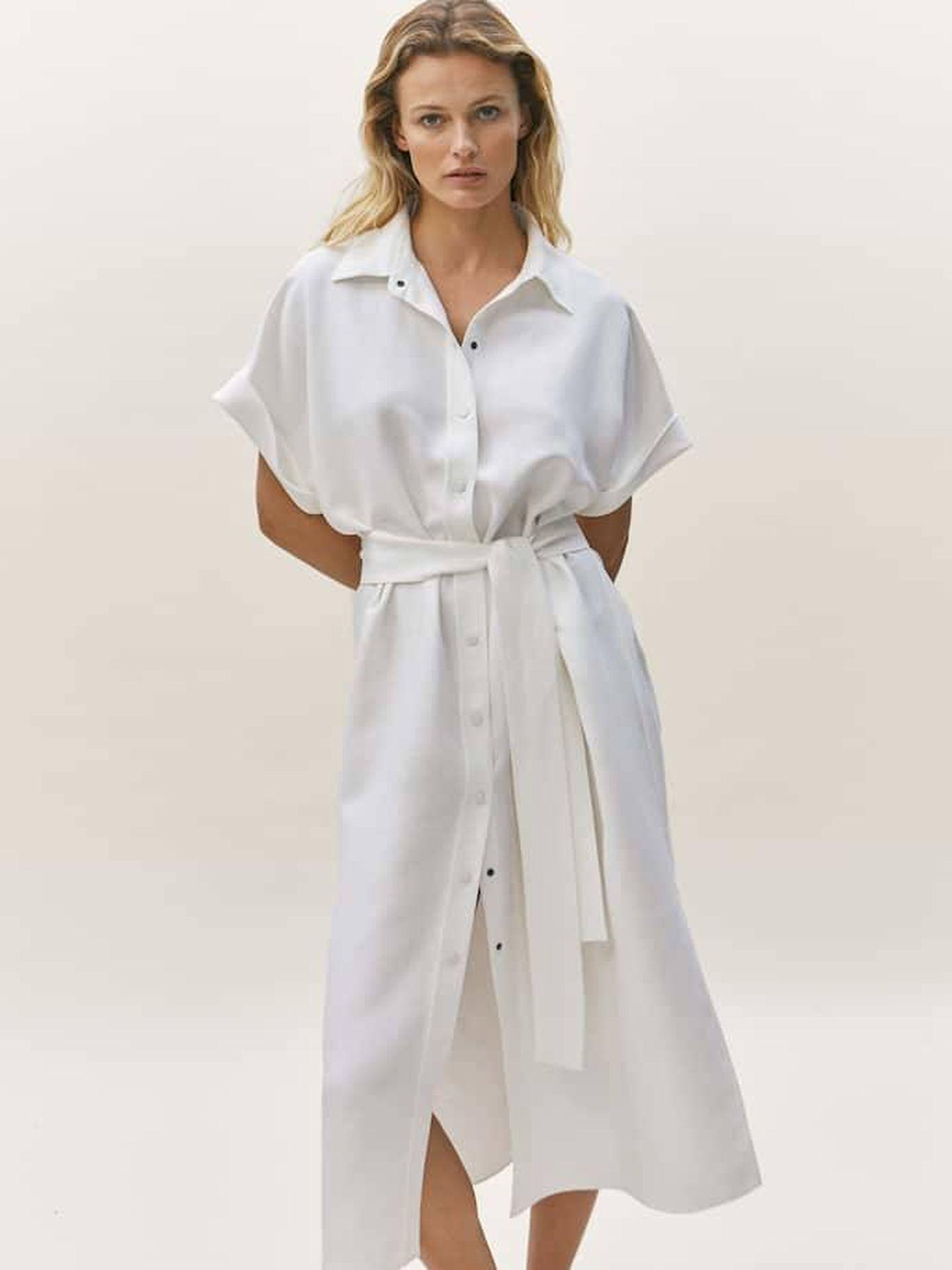 Vestido camillero blanco de Massimo Dutti. (Cortesía)