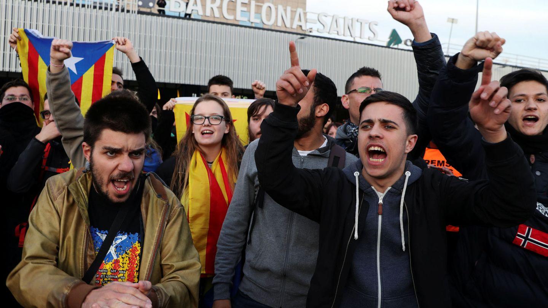 Protesta frente a la estación de Sants, en Barcelona. (Reuters)