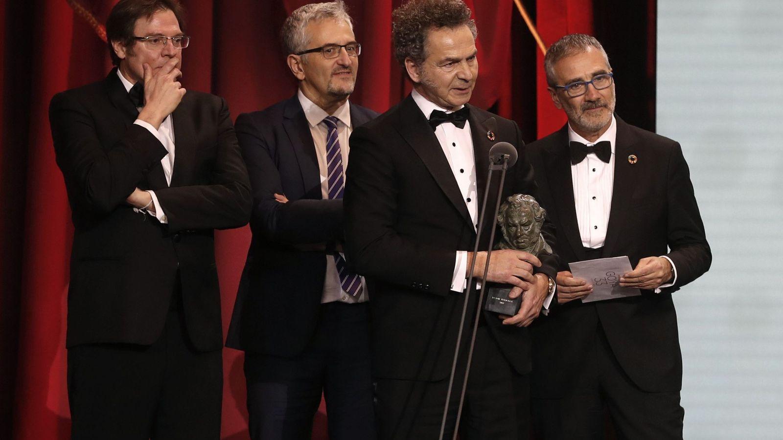 Foto: Javier Fesser, con los productores de 'Campeones'. (EFE)