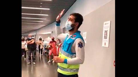El discurso motivador de un enfermero que arranca la ovación de los vacunados