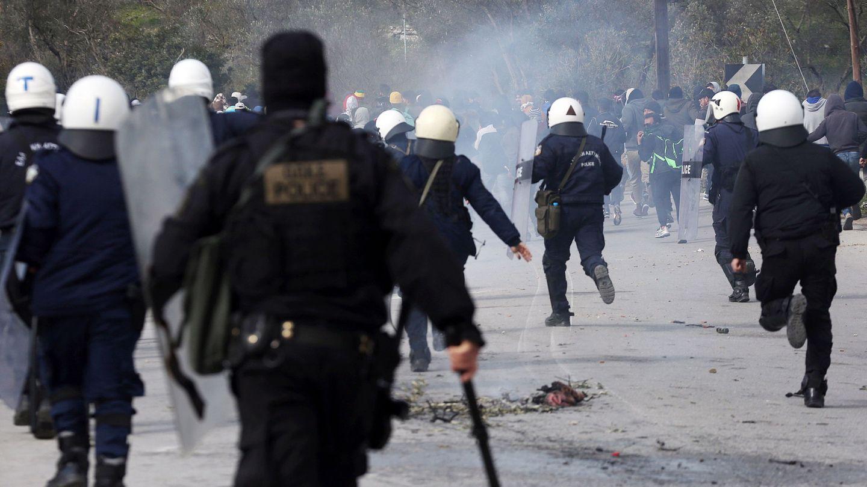 Policías en la frontera de Grecia con Turquía. (Reuters)