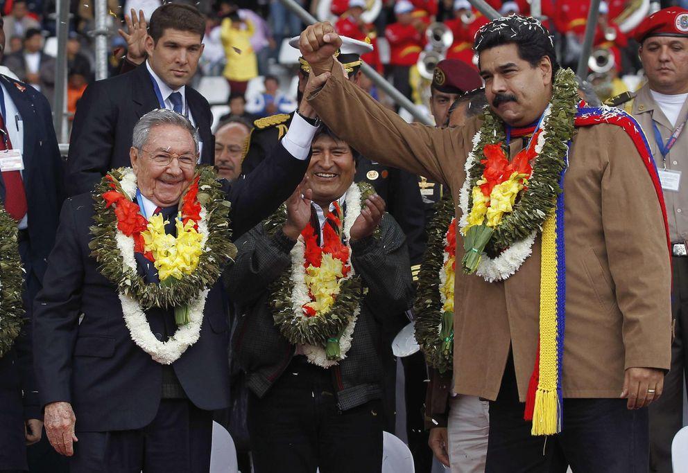 Foto: El mandatario cubano Raúl Castro (i) junto al líder venezolano Nicolás Maduro en la ceremonia de bienvenida de la cumbre del G77 en Bolivia (Reuters).