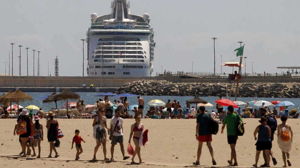 Foto: Un crucero entra en el puerto de Valencia junto a la playa de la Malvarrosa. (EFE)