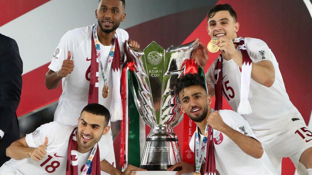 Foto: Cuatro jugadores posan con la copa de campeones de Asia. (Reuters)