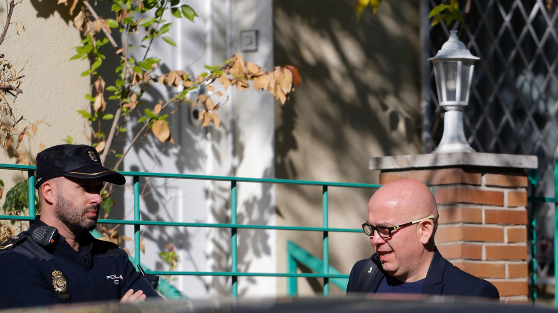 Foto: Gonzalo Boye, el abogado de Puigdemont, durante el registro. (Reuters)