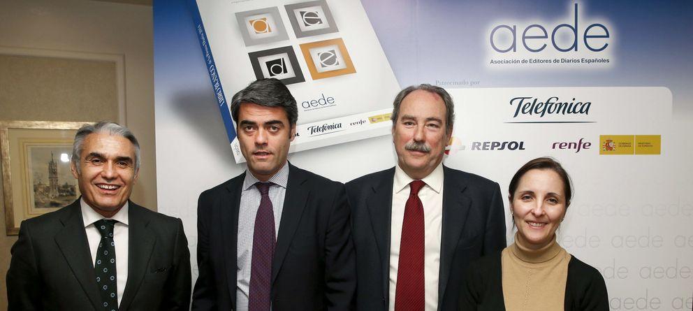 Foto: El presidente saliente, Luis Enríquez (segundo por la izquierda), durante la presentación del 'Libro blanco de la prensa diaria 2014'. (EFE)