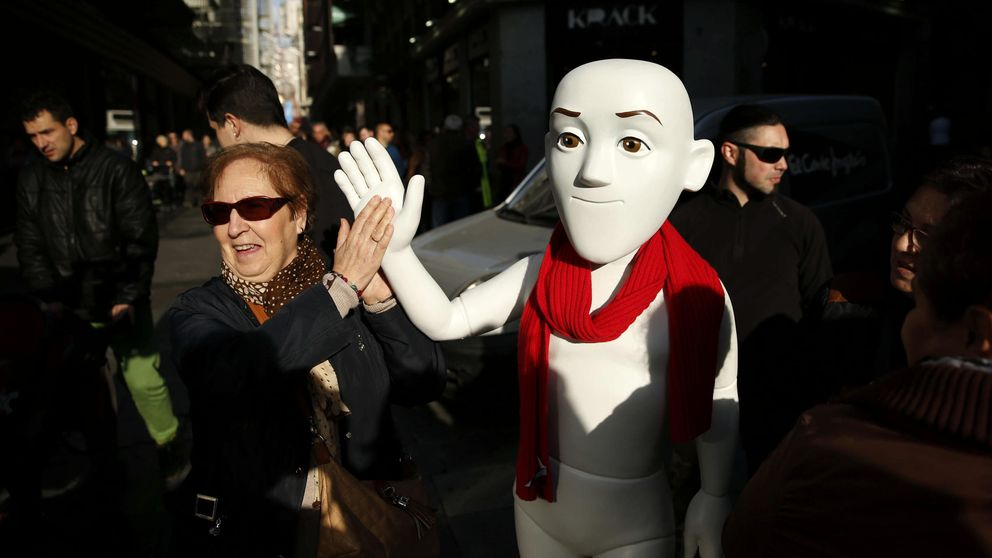 Justino, el protagonista del anuncio de la  Lotería de Navidad, deja un maniquí en Doña Manolita