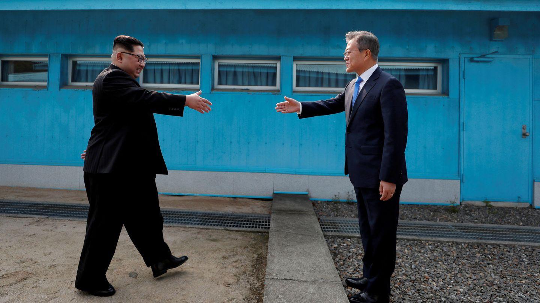 Moon Jae-in y Kim Jong-un se dan la mano en la zona desmilitarizada que separa las dos Coreas. (Reuters)