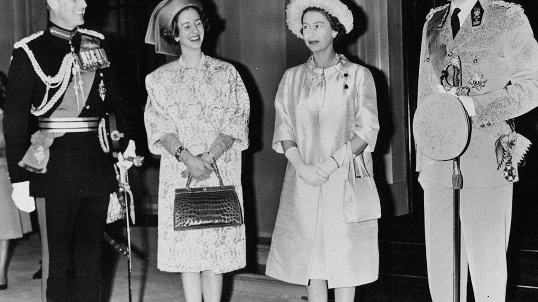 Balduino y Fabiola de Bélgica junto a Isabel II y el príncipe Felipe en 1963. (Getty)