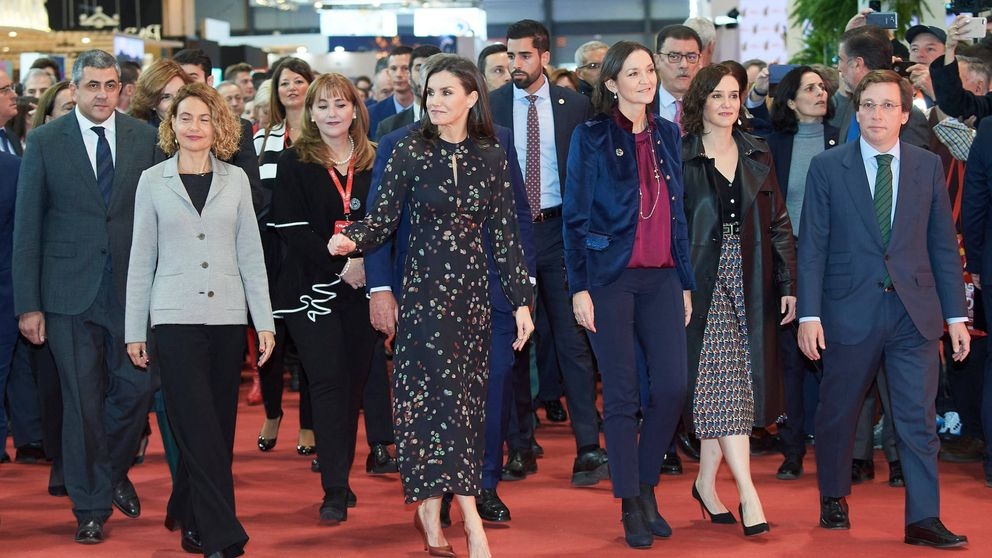 El escuadrón de políticas de la reina Letizia en Fitur y su vestido 'coreano'
