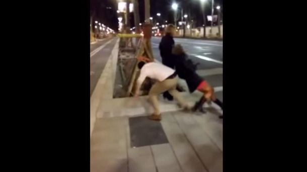 Foto: Brutal agresión gratuita de un hombre a una mujer en la Diagonal de Barcelona (YouTube)