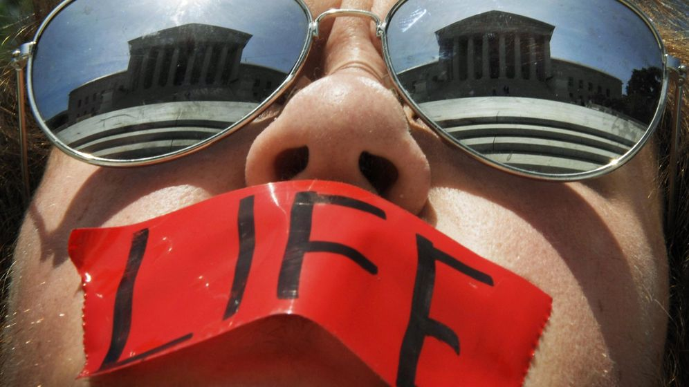 Foto: Activista anti-aborto frente a la Corte Suprema en Washington. (Reuters)