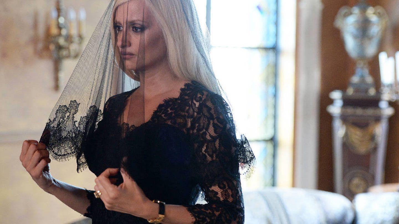 Donatella Versace, de luto en 'El asesinato de Gianni Versace'. (Atresmedia)