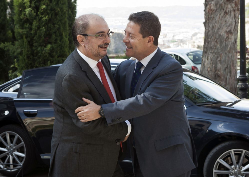 Foto: Los presidentes Javier Lambán y Emiliano García-Page se saludan antes de su reunión en Cuenca, este 23 de septiembre. (EFE)