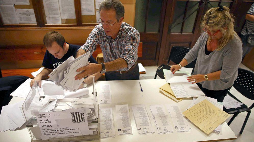 Foto: Recuento de una mesa electoral en Barcelona. (EFE)