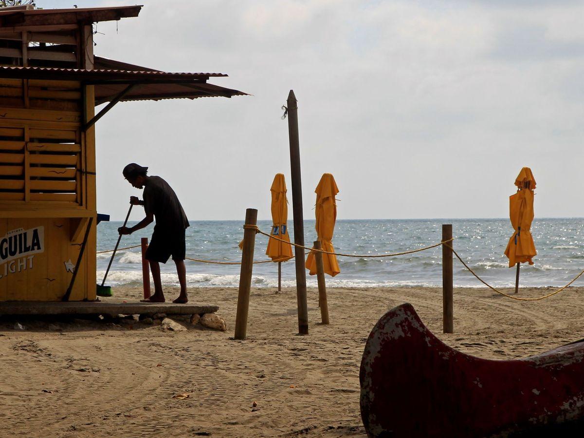 Foto: Playa de Cartagena cerrada durante la tercera ola. (EFE)