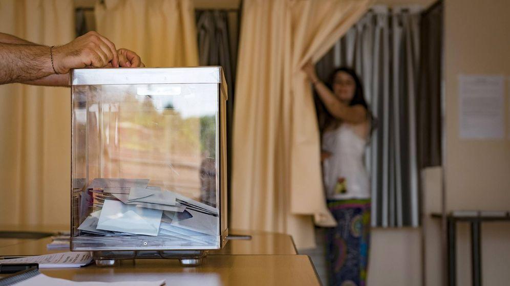 Foto: Una mujer sale de una cabina en la primera ronda de las elecciones legislativas en Francia. (AFP)