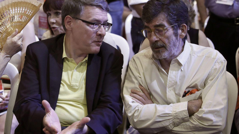 Jordi Sevilla (i) y José Enrique Serrano, entre los asistentes en un reciente acto del PSOE. (EFE)