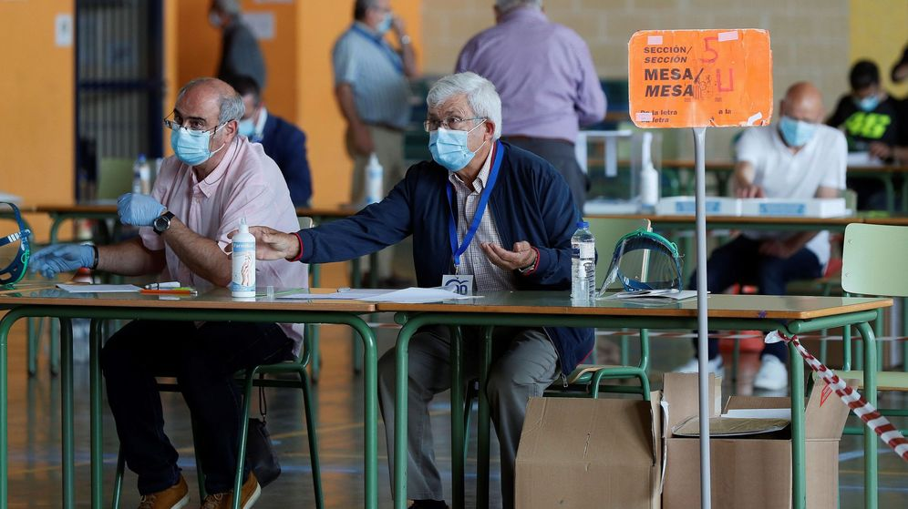 Foto: Dos interventores supervisan el desarrollo electoral en el pabellón Vista Alegre de Burela (Lugo). (EFE)