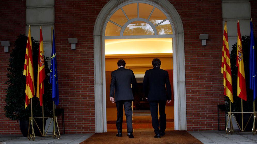 Foto: El presidente del Gobierno, Mariano Rajoy, entra en Moncloa junto al 'president' Carles Puigdemont. (Reuters)