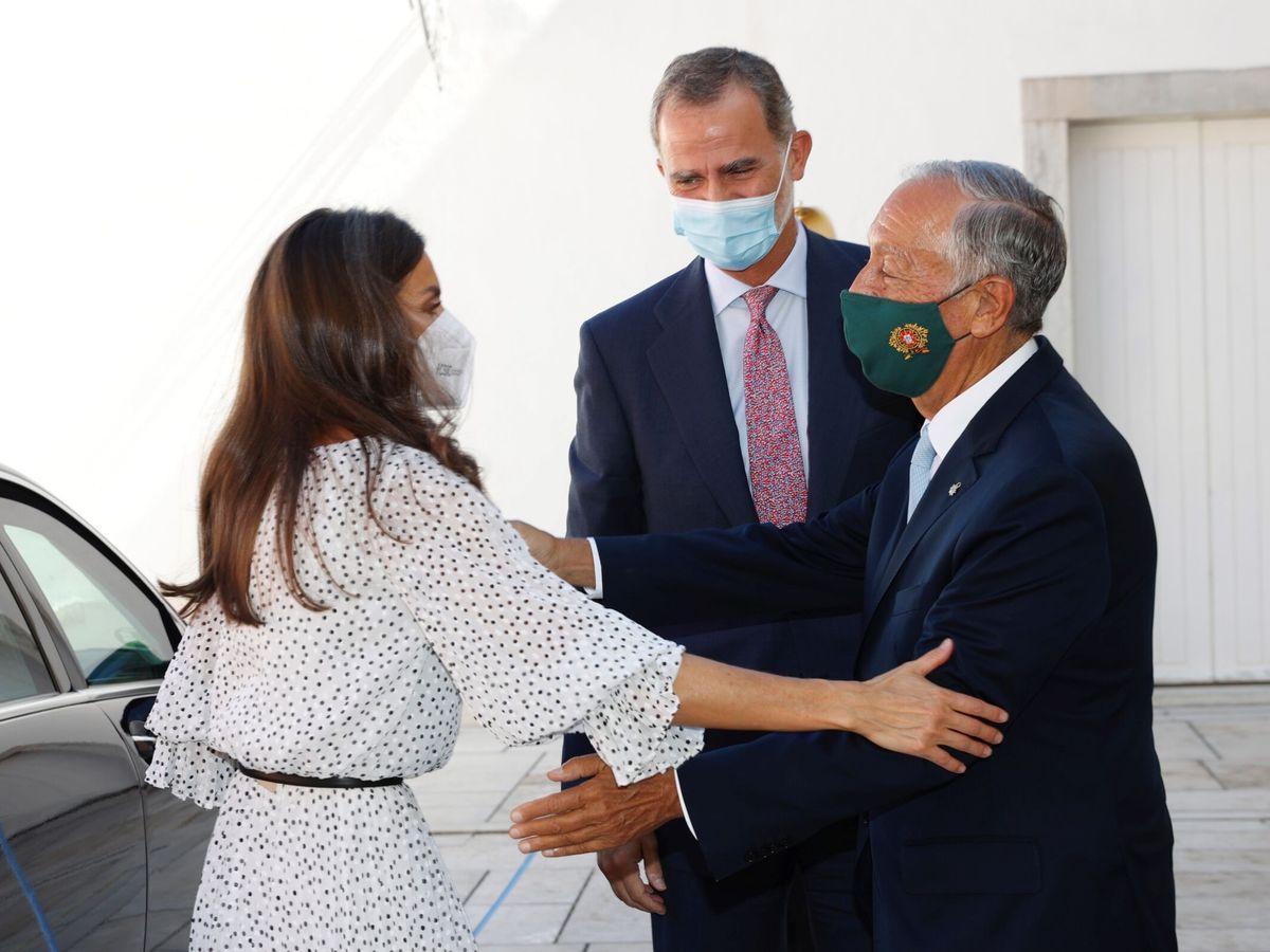 Foto: Los Reyes, saludando a Marcelo Rebelo de Sousa. (Casa Real)