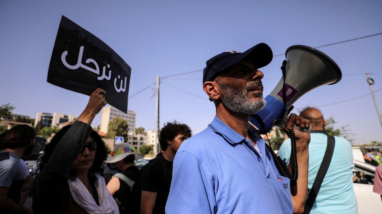 Un palestino residente de Sheikh Jarrah en una protesta contra la actuación israelÍ (REUTERS)