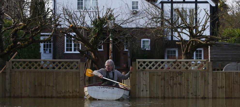 Foto: Nigel Gray abandona su casa en un bote tras desbordarse el Támesis en Wraysbury (Reuters).