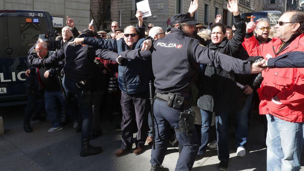 Foto: Miles de jubilados, que secundan una concentración en defensa del sistema público de pensiones, han cortado la Carrera de San Jerónimo en Madrid. (EFE)
