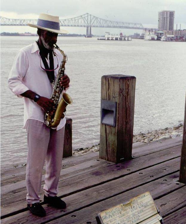 Foto: Un músico junto al Misisipi (Foto: NewOrleansonline.com)